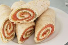 Zalmwraps met Boursin en komkommer Pita Wrap, Breakfast Bagel, Breakfast Wraps, Ramadan, Lunch Wraps, Good Food, Yummy Food, Xmas Food, Picnic Foods