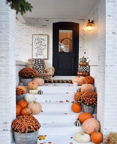 Is it too early to talk about Halloween ? Get inspired with this beauty deco from Is it too early to talk about Halloween ? Get inspired with this beauty deco from we found out! Dont forget a good deco needs a good cleaning! Hallowen Ideas, Seasonal Decor, Holiday Decor, Fall Home Decor, Front Porch Fall Decor, Fall Front Porches, Fall Porch Decorations, Fall Apartment Decor, Front Porch Decorating For Fall