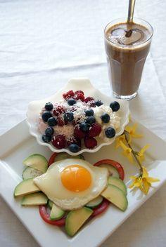- Stekt egg med tomat, agurk og avokado  - Proteinkaffe  - En skål med 1/2 boks cc, en skyr med granateple, bringebær, blåbær og kokos