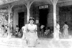 Foto de muchacha en la estación del Pueblo Rincón,Puerto Rico.