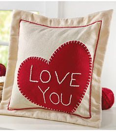 Valentine's Day Pillow with felt heart | DIY Valentine's Day Decorations