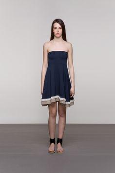 VOLUMINOZNA SUKNJA Suknja od mikromodala A-kroja pristaje svakoj figuri. Osim lijepog završetku u obliku sitnog uzorka s resama, dodatnu draž ovoj suknji daje i to što je se može nositi kao haljinu. Po sastavu je mikromodal i univerzalne je veličine.