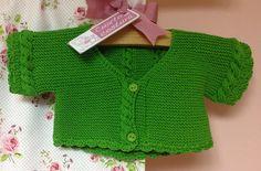 Preciosa chaqueta realizada en algodón para una talla de 9 meses 1 año. Muy fácil de realizar. Rematada a ganchillo.    Si en lugar del patrón