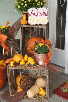 autumn-blessings-fall-decor Let's celebrate autumn with farmhouse fall porch decor! We revived vintage crates and copper to bring you rustic but elegant fall decorating ideas. Halloween Veranda, Casa Halloween, Halloween Porch, Fall Decor Signs, Fall Home Decor, Fall Yard Decor, Outside Fall Decorations, Thanksgiving Decorations, Holiday Decorations