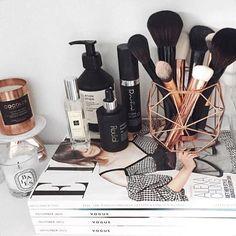 Chic makeup brush holder
