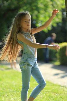 Kristina Pimenova< My hair is soo straight Preteen Girls Fashion, Young Girl Fashion, Little Girl Fashion, Kids Fashion, Spring Fashion, Beautiful Little Girls, The Most Beautiful Girl, Young Models, Child Models