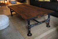 DIY Decorating Ideas: Industrial looking wood coffee tables can be quite expensive. To get the style and save money, make your own. This table was made with cedar planks and plumbing supplies. Another fun and easy project. Pipe Furniture, Industrial Furniture, Furniture Projects, Industrial Pipe, Industrial Style, Pallet Furniture, Industrial Decorating, Kitchen Industrial, Diy Projects