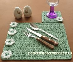 Free crochet pattern for placemat and coaster set http://www.patternsforcrochet.co.uk/coaster-placemat-usa.html #patternsforcrochet