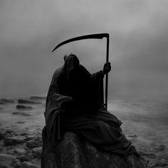 The Grim Reaper calmly waits. Grim Reaper Art, Don't Fear The Reaper, Death Reaper, Dark Fantasy Art, Dark Art, Bild Tattoos, Arte Obscura, Hades And Persephone, Do Not Fear