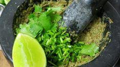 Groene curry woksaus is een heerlijk frisse, scherpe en kruidige woksaus, gemaakt van groene curry als hoofdingrediënten. De saus past goed bij vis, kip en groenten. Voor dit wokgerecht kun je natuurlijk kant en klare groene currypasta gebruiken. Dat mag en is ook heel erg lekker, maar je kunt het ook zeer goed zelf maken. De Currypasta maak je met 3-6 groene pepers, 2 sjalotjes, 4 teentjes knoflook, 1 eetlepel fijngehakt citroengras, 2 cm gember, 1 eetlepel citroen of limoenrasp, 3 theelepel... Curry Pasta, Guacamole, Mexican, Ethnic Recipes, Dressings, Food, Cilantro, Tomatoes, Essen