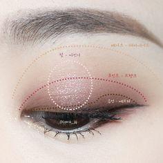 이미지: 사람 1명 이상, 근접 촬영 Korean Eye Makeup, Korea Makeup, Eye Makeup Art, Asian Makeup, Blue Eye Makeup, Kiss Makeup, Makeup Trends, Makeup Inspo, Makeup Inspiration