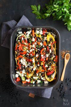 Nachdem die Bohnen am besten über Nacht im Wasser gebadet haben, müssen sie danach noch recht lange gekocht werden. Ich habe diesmal die Zucchini separat zur Füllung gegart. So kann man in Ruhe das Gemüse schnibbeln, während die Bohnen kochen und die Zucchini im Ofen vorgart. Danach brate ich alles fix an, fülle die Zucchini und gebe noch etwas Käse darauf. #zucchini #veggie #veggiefood #kochen #ofengericht Pasta Salad, Cobb Salad, Feta, Kung Pao Chicken, Low Carb, Ethnic Recipes, Roast, Black Beans, Vegetarian Recipes