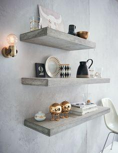 Ein Klassiker: Design-Wandleuchte aus lackiertem messingfarbenem Metall.