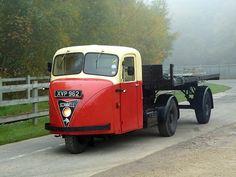 Image Antique Trucks, Vintage Trucks, Old Trucks, Classic Trucks, Classic Cars, Football Poses, Ashok Leyland, Old Lorries, Nostalgic Art