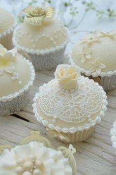 Elegant Vintage Wedding Cupcakes by Hilary Rose Cupcakes | Ozel Tasarim Suslu Dugun Cupcakeleri