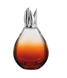 Lampe Goutte. Une lampe en verre laqué couleur ambre, dont la forme inédite évoque celle d'une délicate goutte d'eau. L'épaisseur du verre mettant en valeur l'assise de la lampe est sublimé par le laquage dégradé par le fond.