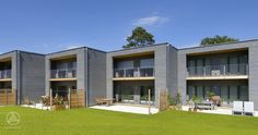 Mehrfamilienhaus aus Holz Mehrfamilienhaus / Reihenhaus Gardet mit abgetrennten Terrassen für mehr Privatsphäre