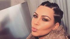 """Considerado pela imprensa especializada o melhor produto de maquiagem para contorno. Esta é a edição em creme do KKW Contour e vem com o sensacional aplicador metade esponja e metade pincel. Aqui na Loja Bits temos a tonalidade média. Vem o iluminador e o contorno. A embalagem é chiquérrima! Porque elegância tem a ver com a máxima """"menos é mais""""… Até Kim Kardashian concorda!"""