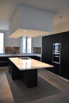 Hotte encastrée plafond bas dans cuisine noire et blanche