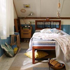 斜めの天井が、屋根裏のよう。 壁のブルーと合わせたインテリアで外国の子供部屋風に。
