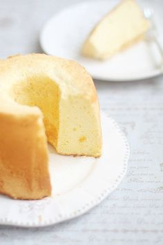 """難易度が高いイメージのあるシフォンケーキですが、実はフライパンでも作れてしまうってご存知でしたか? オーブンよりも短時間に、さらに面倒な型も不要!フライパンで作る""""ふわっふわ♡シフォンケーキ""""レシピをご紹介いたします。"""