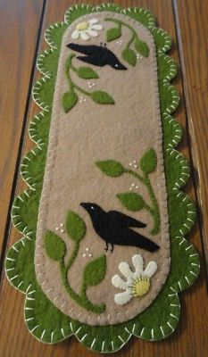 Discover thousands of images about pRiMiTiVe Daisy Crow Penny Rug/Mini Table Runner/Candle Mat Size : Approx. 15 x 6 You are looking at a Mini Daisy Crow Table Runner that has been completely hand-stitched by seller. All pie Penny Rug Patterns, Wool Applique Patterns, Felt Applique, Felted Wool Crafts, Felt Crafts, Wool Quilts, Wool Embroidery, Wool Art, Penny Rugs
