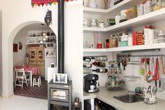 PH reciclado: 3 reformas exitosas  En la cocina, se preservó el piso calcáreo y se abrió al living con una arcada. La mesada y los estantes se hicieron de material con acabado en pintura epoxi.