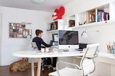 En el escritorio se usaron muebles de la familia, que eran verdes, renovados con un flamante laqueado blanco. Además, se agregó una mesa con tapa ovalada en el centro (Estudio G+L)para agregar una división práctica y dinámica. El sector se completó con sillas 'Alumina' (Archivos Activos) .  Foto:Living /Daniel Karp