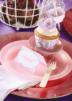 Cupcake em lilás e descartáveis em rosa.