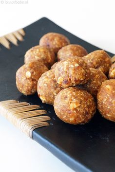 Bliss balls: Peanut butter, oatmeal and dates Healthy Bars, Healthy Baking, Healthy Desserts, Healthy Recipes, Healthy Foods, Sin Gluten, Gourmet Dinner Recipes, Clean Eating Dinner, Protein Foods