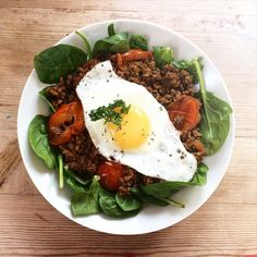 "{{For some reason Instagram wouldn't let me caption or tag this post? So this is my third upload }} Brunch this sunny Easter Sunday Another divergent version of the ""spicy lean turkey mince"" on cycle 1 of the #90daysssplan by @thebodycoach. Used 10% fat mince beef and blended up my own Bolognese sauce from scratch: tomatoes tomato purée parsley spinach red Thai curry paste chilli powder and a bit of water. I then whacked this in the pan with the meat and hey presto. Served on a bed of…"