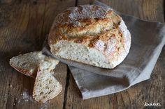 Einfaches Weizen-Dinkel-Brot mit Ayran, geröstetem Sesam und nur 1,5 g Hefe