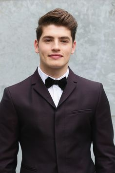 Gregg Sulkin Definitely Isn't 'Faking It' at Emporio Armani Fashion Show: Photo Gregg Sulkin can't get any more dapper as he attends the Emporio Armani Fashion Show held during Milan Menswear Fashion Week Spring Summer 2015 on Monday (June… Fotos Goals, Le Male, Greggs, Jawline, Male Beauty, Celebrity Crush, Celebrity Photos, Cute Guys, Dapper