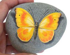 Geschilderd Rock met gele vlinder | Oorspronkelijke gele vlinder rustend op een rots handbeschilderd door Roberto Rizzo | Rock Art schilderen