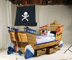 ワンピース好きの子どもが喜びそうな、海賊船を模したベッド