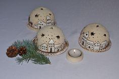 Svícen-zimní městečko Svícen s talířkem na čajovou svíčku z keramické hlíny. Velikost: průměr polokoule cca 10,5 cm  průměr talířku cca 12cm Cena je za 1 sadu. Jednotlivé kusy se liší v detailech. Clay Christmas Decorations, Christmas Clay, Handmade Christmas Gifts, Christmas Crafts, Ceramics Projects, Clay Projects, Clay Crafts, Diy Clay, Ceramic Pottery