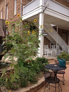 Courtyard at the historic Hotel Limpia in Fort Davis, Texas. This Front Street hotel was built in Nice spot to sit and people watch, and the only bar in town! Fort Davis, West Texas, Le Far West, Painting Tips, Places To Eat, Things To Do, Cook, Artists, Explore
