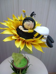 Bumble Bee snug as a bug. Little bee sleeping in leaf Bee Crafts, Foam Crafts, Diy And Crafts, Paper Crafts, Felt Flowers, Paper Flowers, Sugar Flowers, Clay Projects, Projects To Try