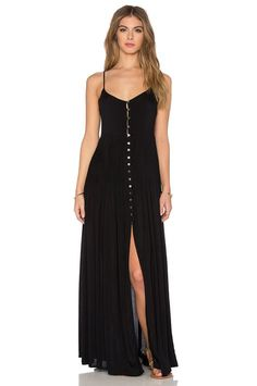 Indah Uma Pleat & Button Maxi Dress em Preto | REVOLVE