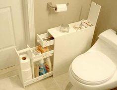 Mete una cajonería delgada en cualquier espacio no usado del baño.