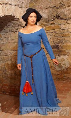 Suknia spodnia z długimi, wąskimi rękawami, (fr. cotte simple) dopasowana na górze, od bioder mocno poszerzona klinami, uszyta z błękitnego sukna. Na głowie czarny, sukienny kapturek. Wzór zaczerpniety z Bardzo bogatych godzinek Księcie de Berry (luty) z ok. 1410 roku Fot. Dariusz Skowroński
