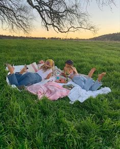 picnic + views + favourite things (or person) >> Aesthetic Indie, Summer Aesthetic, Aesthetic Girl, Makeup Aesthetic, Travel Aesthetic, Aesthetic Photo, Aesthetic Fashion, Cute Friend Pictures, Friend Photos