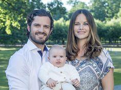Het Zweedse hof heeft maandag, 22-8-2016, nieuwe foto's vrijgegeven van het gezin van prins Carl Philip. Op de foto's staat de prins samen met zijn vrouw Sofia en hun vier maanden oude zoon prins Alexander.