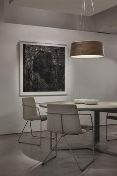 Ambientes en Tienda fCH. Lámpara Cronos, mesa Margen redonda, silla Horqueta. #tiendafCH #margenfCH #cronosfCH #horquetafCH