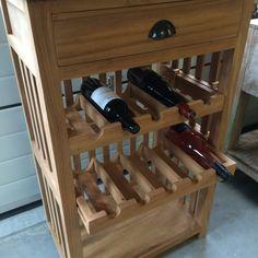 Kastje met wijnrek in mooi onbehandeld teakhout en van stevige kwaliteit. Voldoende flessenopbergruimte, rekken uitschuifbaar, en heeft 1 lade.