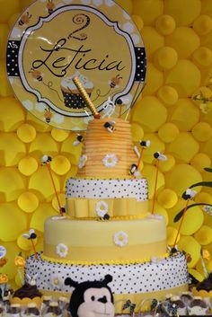 Decoração-Abelhinhas-CCS-Decorações-e-Eventos-bolo-cenografico-abelhas.jpg (467×700)