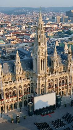 City Hall was built between 1872 and 1883 and is a building of superlatives: Around 30 million bricks and more than 40,000 cubic meters of natural stone were used. The Arkadenhof of City Hall is one of the biggest inner courtyards in Europe with an area of 2,804 m². The Festival Hall is 71 meters long, 20 meters wide and 18.5 meters high. If the fire authorities were to allow it, 1,500 couples could dance the waltz here at the same time. ©Wien Tourismus German Architecture, Historical Architecture, Ancient Architecture, Beautiful Architecture, Beautiful Buildings, Art And Architecture, Beautiful Landscapes, Interesting Buildings, Beautiful Places To Visit
