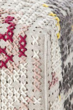 Puf tapizado de lana FLOWERS NATURAL Colección Canevas Spaces by GAN By Gandia Blasco | diseño Charlotte Lancelot