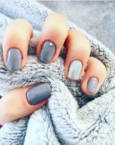 Il est la couleur du temps, il est la couleur de l'hiver, il est la couleur de votre chat. Cet hiver, il va s'imposer partout y compris dans la beautysphère : voici 15 inspirations de Nail art gris !
