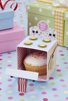This pretty oven gift box is a great way to give a homemade bun or cupcake!